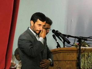 این احضاریه بدنبال شکایت علی لاریجانی و همچنین رییس کمیسیون اصل 90 مجلس شورای اسلامی و نیز یعقوب خلیل نژاد علیه رئیس جمهور ارسال شده است.تاریخ رسیدگی به شکایت از رئیس جمهور؛ 5 آذر 1392 حدود 6 ماه بعد از ابلاغ آن و چهارماه پس از پایان مسئولیت هشت ساله احمدی نژاد تعیین شده است. ای که بر روی ماه چنگ زدی باش تا صبح دولتت بدمد (هالو)